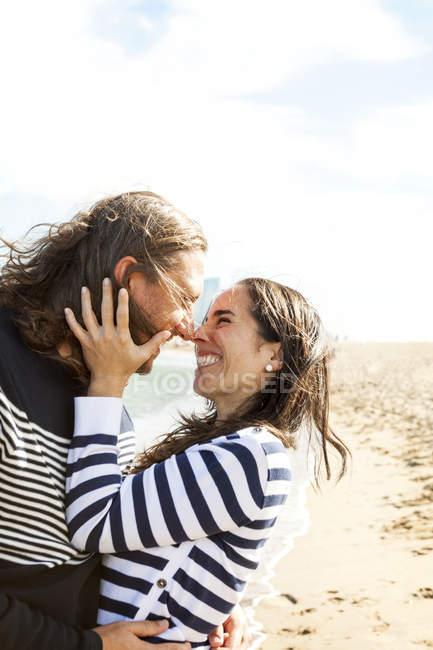 Glückliches Paar Nasen reiben, am Strand — Stockfoto