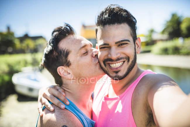 Gay couple taking selfie — Stock Photo