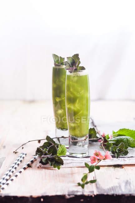 Chá verde gelado Matcha com hortelã e erva-cidreira — Fotografia de Stock