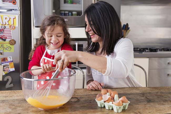 Madre e hija hornear juntos - foto de stock