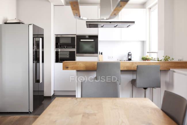 Сучасні відкритого планування кухні — стокове фото
