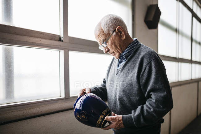 Elderly man reviewing the ceramic vase — Stock Photo