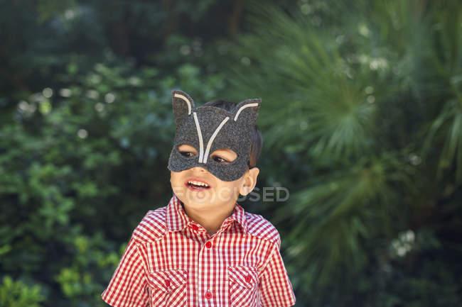 Ragazzino indossando maschera animale — Foto stock
