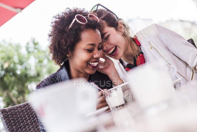 Deux meilleures amies s'amuser dans un café — Photo de stock