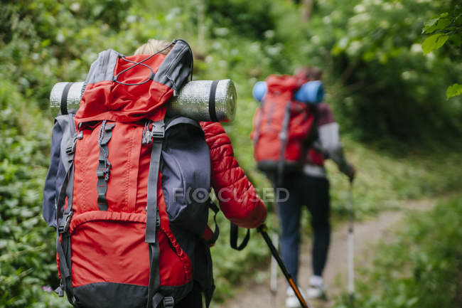 Serbia, Rakovac, young couple hiking with backpacks — Stock Photo