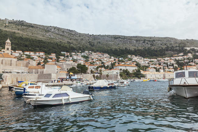 Croatia, Dubrovnik, view to the city with marina in the foreground — Stock Photo