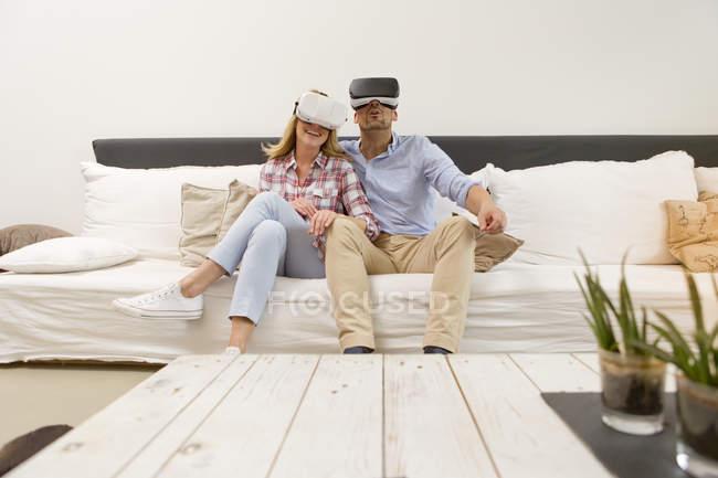 Пара, використовуючи віртуальну реальність окуляри — стокове фото