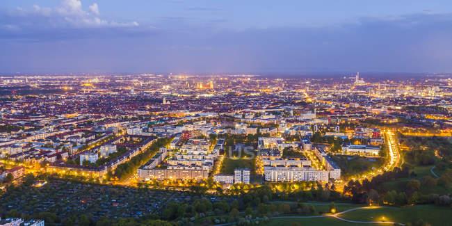 Germania, Baviera, Monaco di Baviera, paesaggio urbano aerea di illuminato centro città — Foto stock