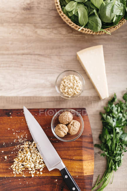 Ingredients for ravioli with spinach stuffing — Stock Photo