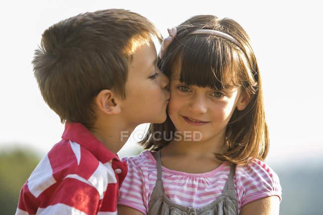un garçon baise une fille