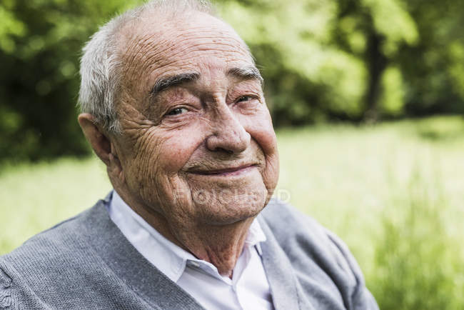 Portrait de senior souriant dans la nature — Photo de stock