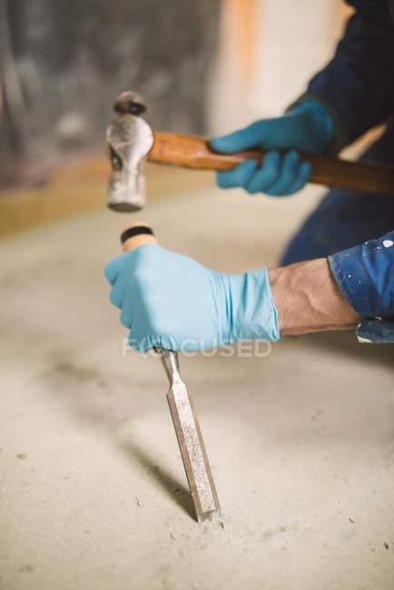 Муляр усунення порушень стяжка підлоги з молоток і долото — стокове фото