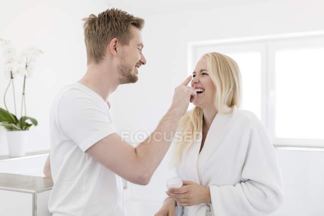 Игривый пара в ванной комнате — стоковое фото