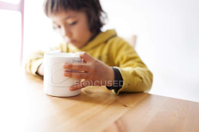 Маленький хлопчик опоряджувальних робіт гуртка — стокове фото