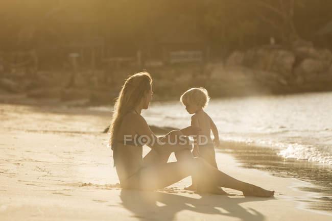 Таїланд, мати і син на пляжі — стокове фото