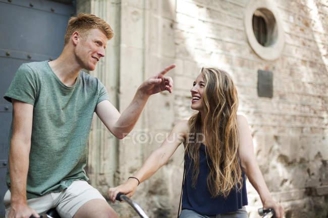 З'єднайте з велосипеди перед старої церкви — стокове фото