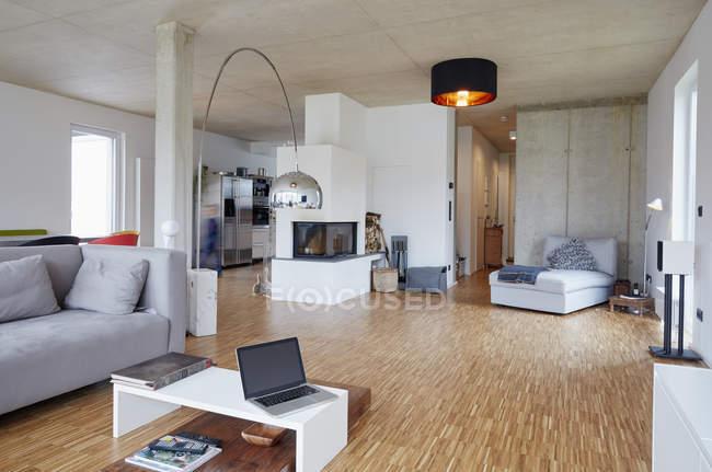 Interno di vuoto soggiorno moderno — Foto stock