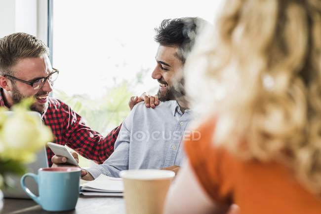 Felices jóvenes profesionales en el cargo - foto de stock