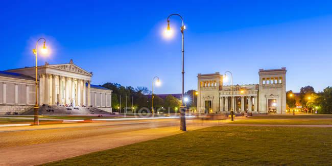 Deutschland, München, Blick auf staatliche Antikensammlung und Propyläen und am Königsplatz — Stockfoto