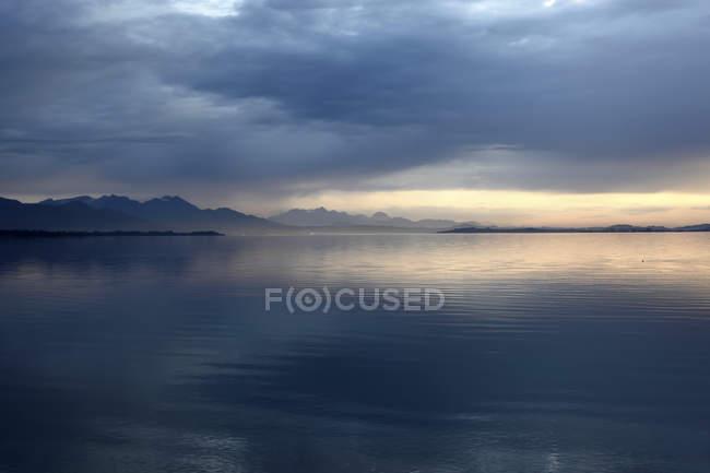 Allemagne, Bavière, Chiemgau, lac de Chiemsee dans l'evnening — Photo de stock
