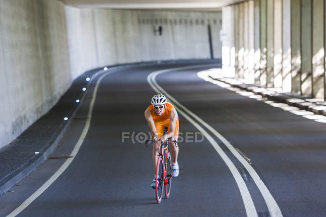 Racing Biker fahren durch einen tunnel — Stockfoto