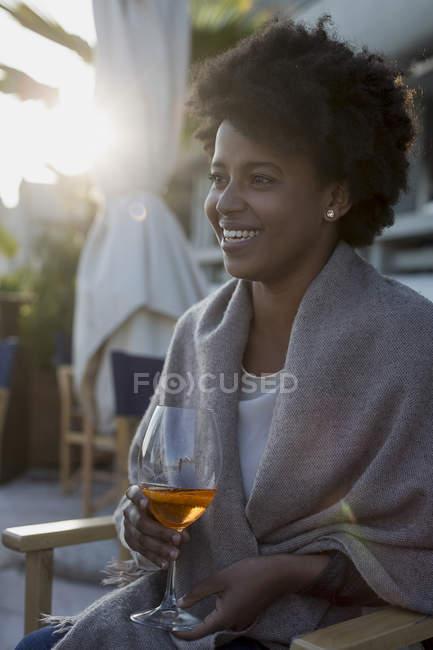 Junge Frau sitzt bar Aperitif zu trinken — Stockfoto