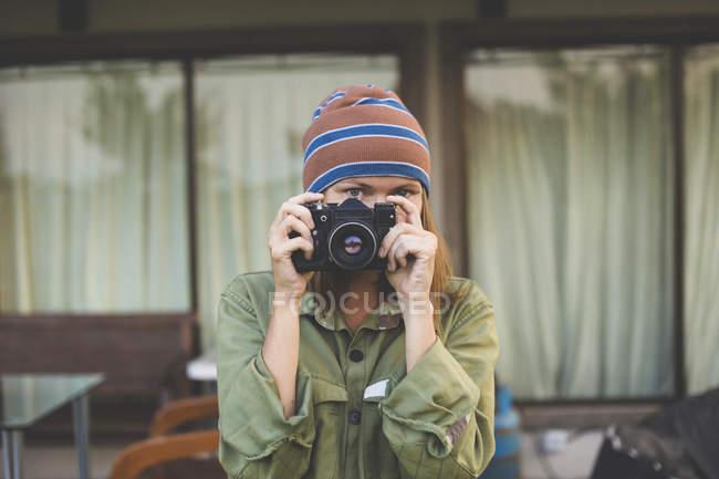 Женщина с винтажной камерой — стоковое фото