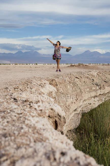 Frau in der Wüste mit ausgestreckten Armen — Stockfoto