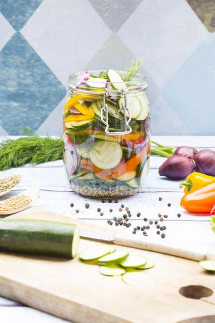 Vaso di zucchine sottaceto e peperoni — Foto stock