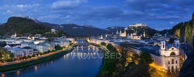 Австрія, Зальцбург, панорамний вид на річку Зальцах, старого міста і замок Хоензальцбург, синій годину — стокове фото