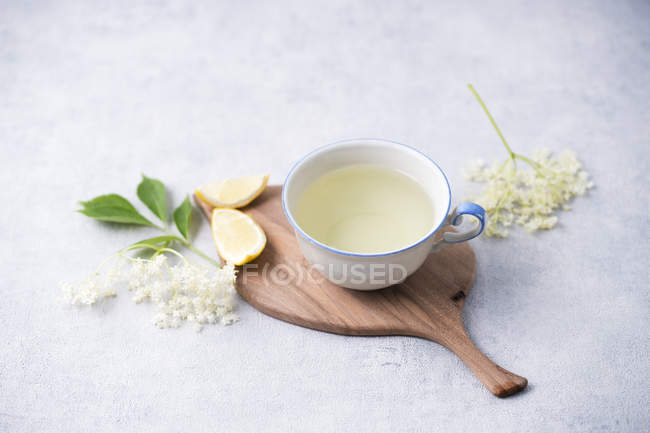 Cup of elder flower tea with lemon — Stock Photo