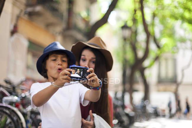 Мати і син, беручи фотографії в місті — стокове фото