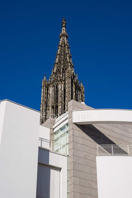 Iglesia de Ulmer Minster frente al cielo azul, Ulm, Alemania - foto de stock