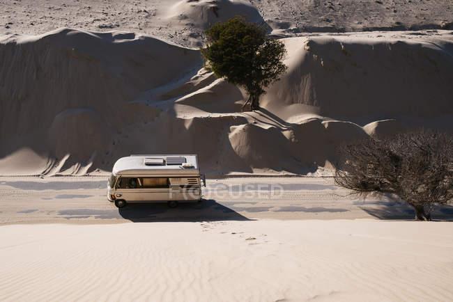 Іспанія, Андалусия, Tarifa, старі Караван подорожі по дорозі між дюни і пісок покриву в Пунта Paloma — стокове фото
