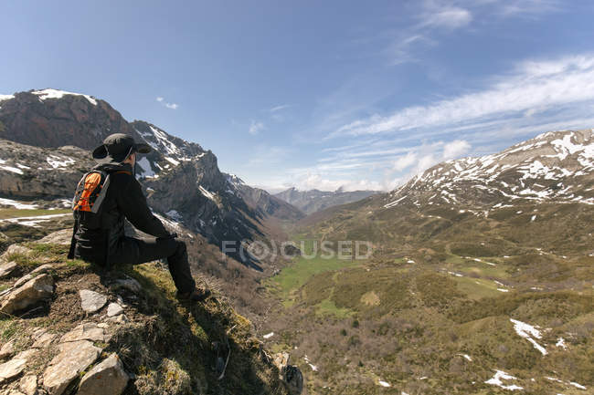 Man looking at the landscape sitting on mountaintop, Spain, Asturias, Somiedo — Stock Photo