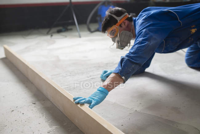 Worker checking the level of the concrete floor — Stock Photo