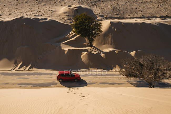 Іспанія, Андалусия, Tarifa автомобіль подорожі по дорозі між дюни і пісок покриву в Пунта Paloma — стокове фото