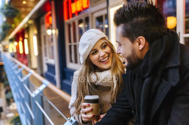 Sorridente giovane donna guardando il suo fidanzato — Foto stock