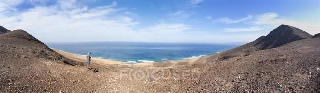 Испания, Канарские острова, Фуэртевентура, Barlovento, турист отдыхает на перевал Топ Degollada де Pecenescal — стоковое фото