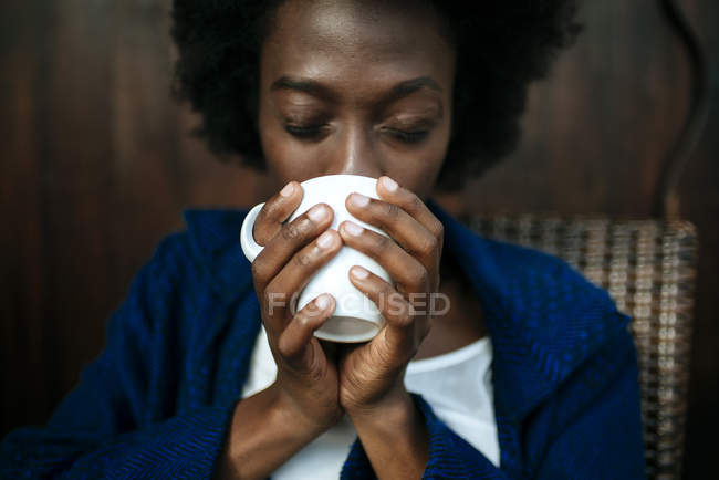 Woman's hands holding cup of coffee, close-up — Stock Photo