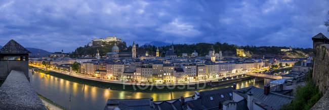 Австрія, Зальцбург, панорамний вид з Kapuzinerberg на світанку — стокове фото