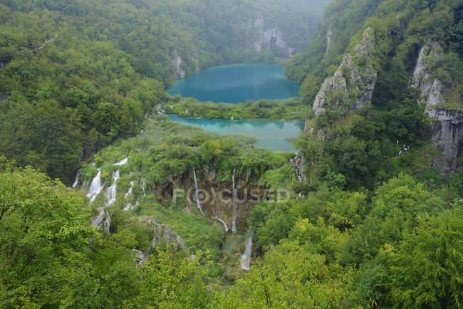Croacia, río Korana, cascada y lago en el Parque nacional Lagos de Plitvice - foto de stock