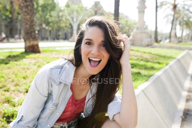 Glückliche junge Frau im Park, Portrait — Stockfoto