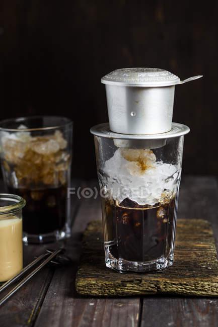 Вид крупным планом кофейного фильтра на стекле вьетнамского кофе со льдом — стоковое фото