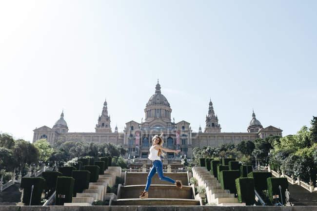 Spagna, Barcellona, Giovane donna in giro turistico di fronte al museo — Foto stock