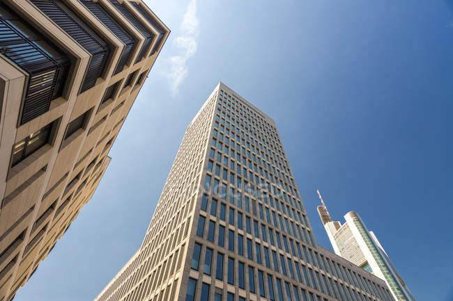 Wolkenkratzer von unten, Frankfurt, Deutschland — Stockfoto