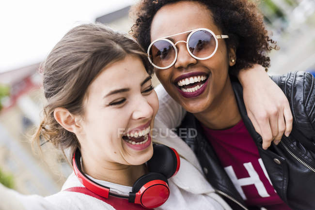 Portrait of two laughing best friends — Stock Photo