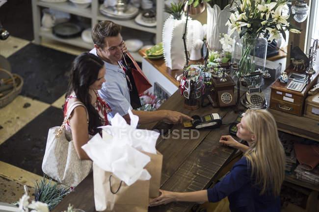 Пара покупками разом в vintage зберігати платять на лічильник — стокове фото