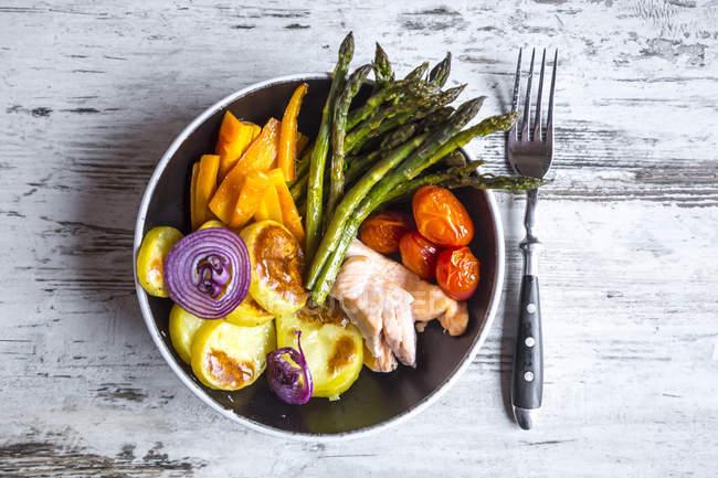 Mittagessen-Schale mit Gemüse und Lachs auf schäbige Holz mit Gabel — Stockfoto