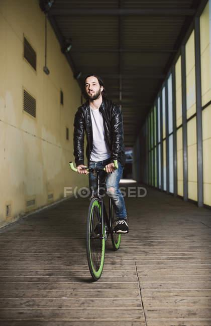 Junger Mann Reiten Fixie Fahrrad — Stockfoto